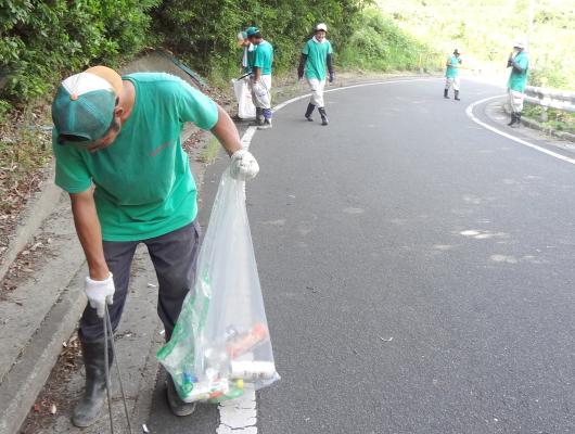 作業の合間に地域の清掃活動